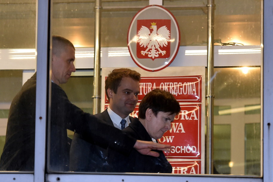 Premier Beata Szydło wychodzi z Prokuratury Okręgowej w Krakowie /Jacek Bednarczyk   /PAP