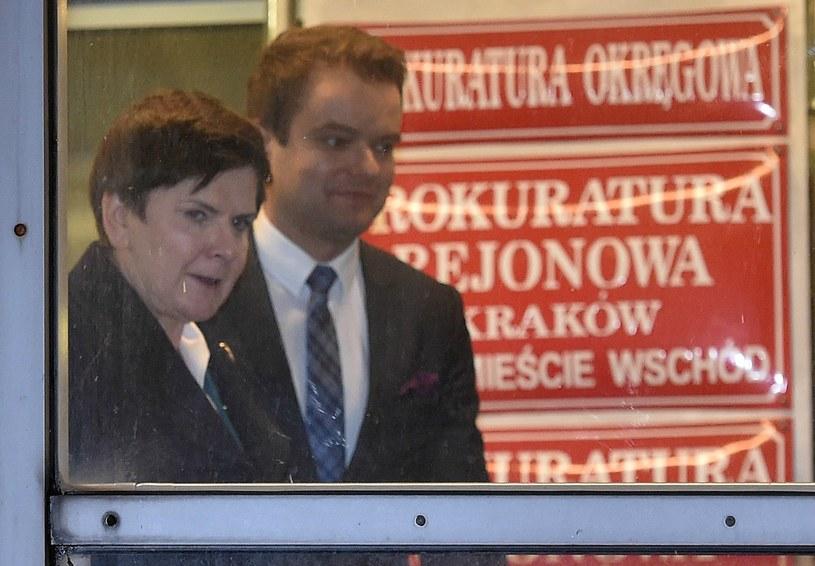 Premier Beata Szydło z rzecznikiem rządu Rafałem Bochenkiem wychodzą z Prokuratury Okręgowej w Krakowie /Jacek Bednarczyk /PAP