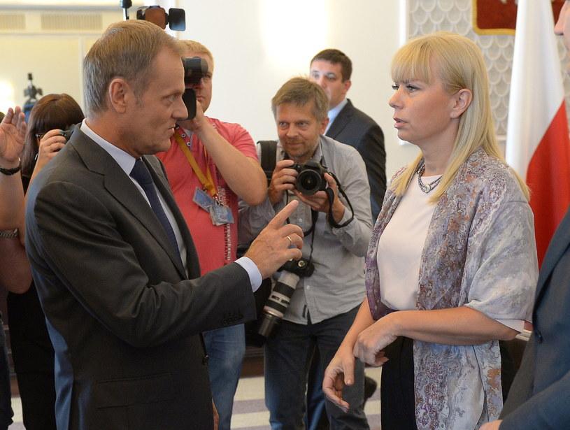 Premier Donald Tusk i wicepremier, minister infrastruktury i rozwoju Elżbieta Bieńkowska /Radek Pietruszka /PAP