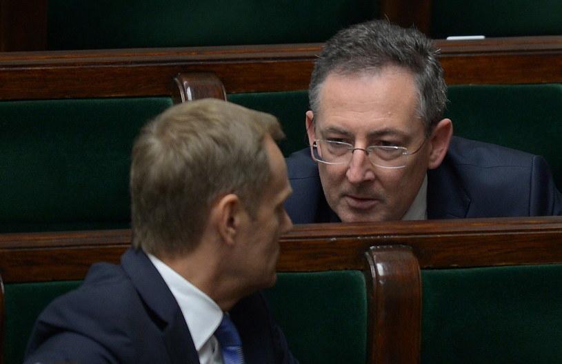 Premier Donald Tusk (L) i minister spraw wewnętrznych Bartłomiej Sienkiewicz (P). /Radek Pietruszka /PAP
