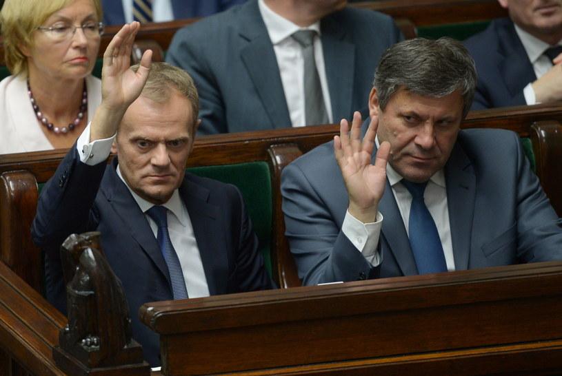 Premier Donald Tusk (L) i wicepremier, minister gospodarki Janusz Piechociński (P). /Radek Pietruszka /PAP