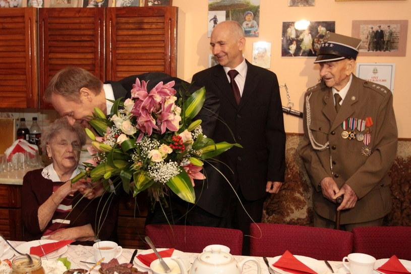 Premier Donald Tusk oraz Józef Węgiel z żoną Ireną i synem Józefem /Waldemar Deska /PAP
