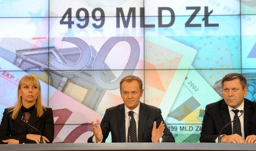 Premier Donald Tusk oraz wicepremierzy Elżbieta Bieńkowska (z lewej) i Janusz Piechociński (z prawej) podczas konferencji prasowej po posiedzeniu rządu /Bartłomiej Zborowski /PAP