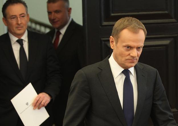Premier Donald Tusk (P), minister spraw wewnętrznych Bartłomiej Sienkiewicz (L), rzecznik Paweł Graś /PAP