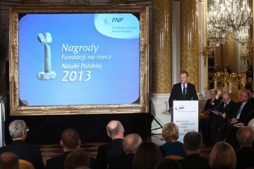 Premier Donald Tusk przemawia, podczas gali rozdania nagród Fundacji na rzecz Nauki Polskiej, fot. Rafał Guz /PAP