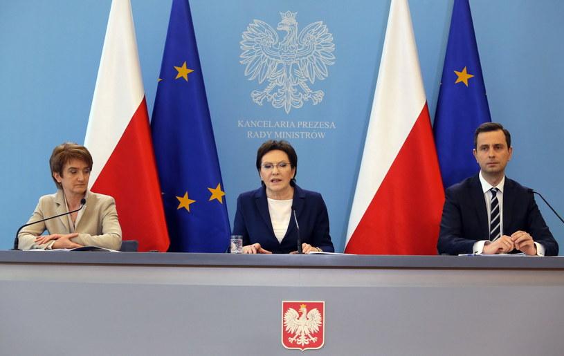 Premier Ewa Kopacz (C), minister pracy Władysław Kosiniak-Kamysz (P) i minister infrastruktury i rozwoju Maria Wasiak (L) na konferencji prasowej po Radzie ministrów /Tomasz Gzell /PAP
