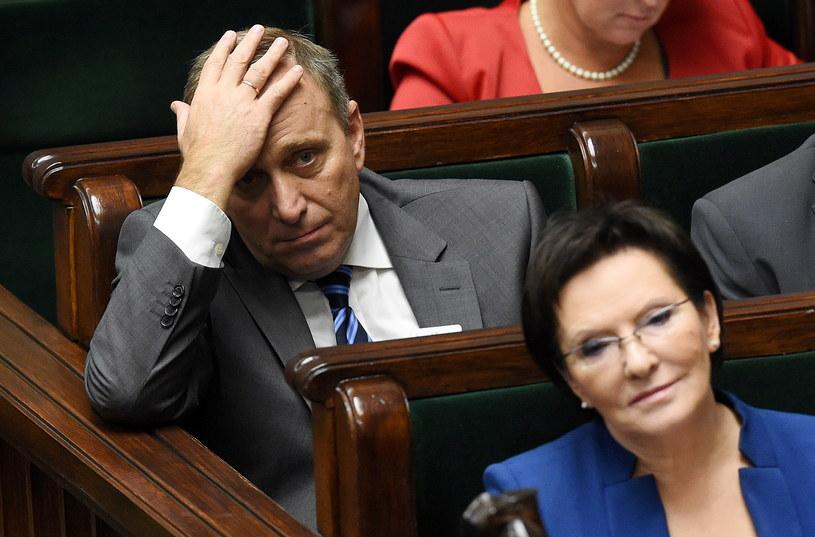 Premier Ewa Kopacz i minister spraw zagranicznych Grzegorz Schetyna w ławach rządowych, podczas posiedzenia Sejmu /Radek Pietruszka /PAP