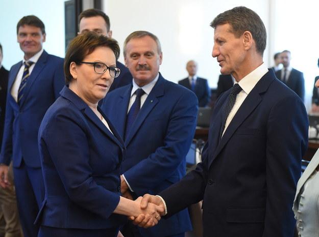 Premier Ewa Kopacz (L) i nowy minister skarbu Andrzej Czerwiński (P) /Radek Pietruszka /PAP