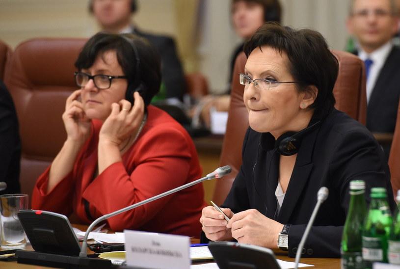 Premier Ewa Kopacz oraz minister edukacji Joanna Kluzik-Rostkowska podczas rozmów plenarnych z premierem Ukrainy Arsenijem Jaceniukiem i delegacją Ukrainy /Radek Pietruszka /PAP