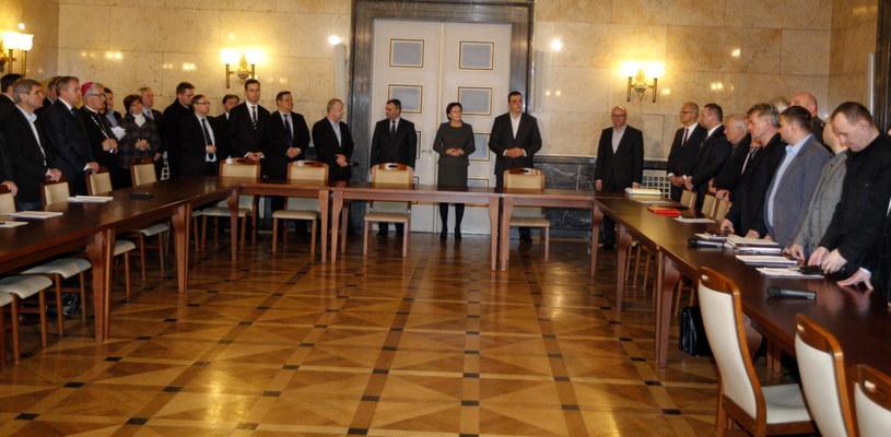 Premier Ewa Kopacz oraz minister skarbu państwa Włodzimierz Karpiński przed podpisaniem w Katowicach porozumienia z górnikami /PAP