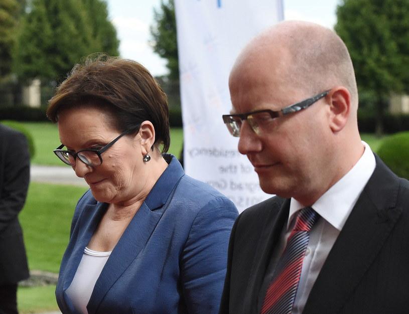 Premier Ewa Kopacz oraz premier Czech Bohuslav Sobotka podczas powitania przed szczytem Grupy Wyszehradzkiej w Pradze /Radek Pietruszka /PAP