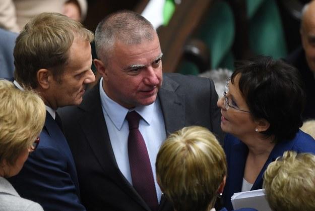 Premier Ewa Kopacz (P) i posłowie PO Donald Tusk (L) i Paweł Graś (C) /Radek Pietruszka /PAP