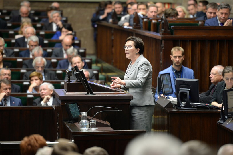 Premier Ewa Kopacz przemawia w Sejmie /Jacek Turczyk /PAP