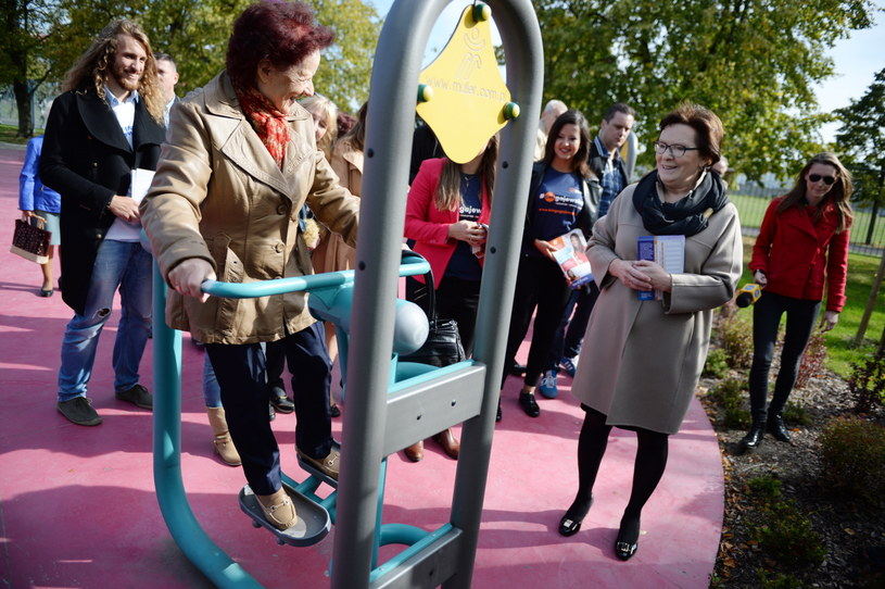 Premier Ewa Kopacz w plenerowej siłowni /Jacek Turczyk /PAP