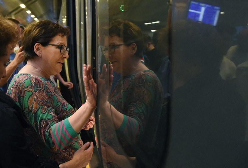 Premier Ewa Kopacz wsiada do pociągu /Radek  Pietruszka /PAP