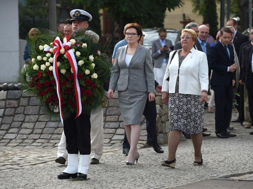 Premier Ewa Kopacz złożyła kwiaty pod Pomnikiem Poległych Stoczniowców przez rozpoczęciem oficjalnych uroczystości /Radek Pietruszka /PAP