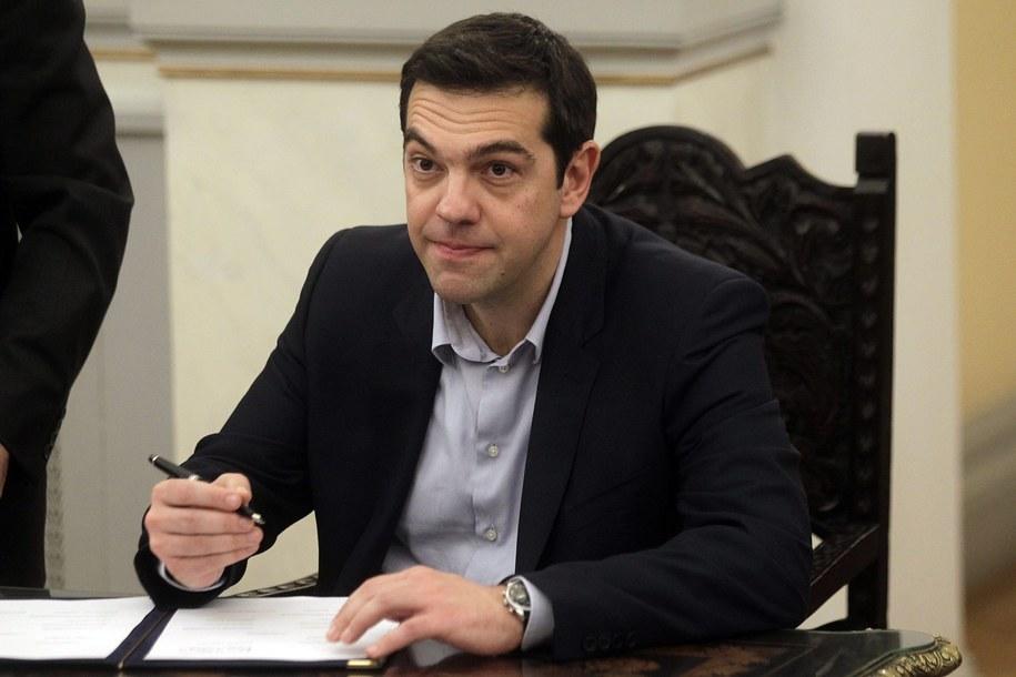 Premier Grecji Aleksis Cipras podpisuje się pod aktem zaprzysiężenia rządu /ORESTIS PANAGIOTOU /PAP/EPA