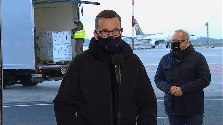Premier i minister zdrowia na warszawskim Okęciu /Polsat
