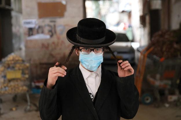 Premier Izraela nakazał obywatelom kraju noszenie maseczek ochronnych /ABIR SULTAN /PAP/EPA