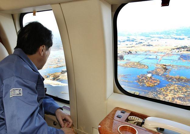 Premier Japonii Naoto Kan ogląda z helikoptera zniszczenia po trzęsieniu ziemi /AFP