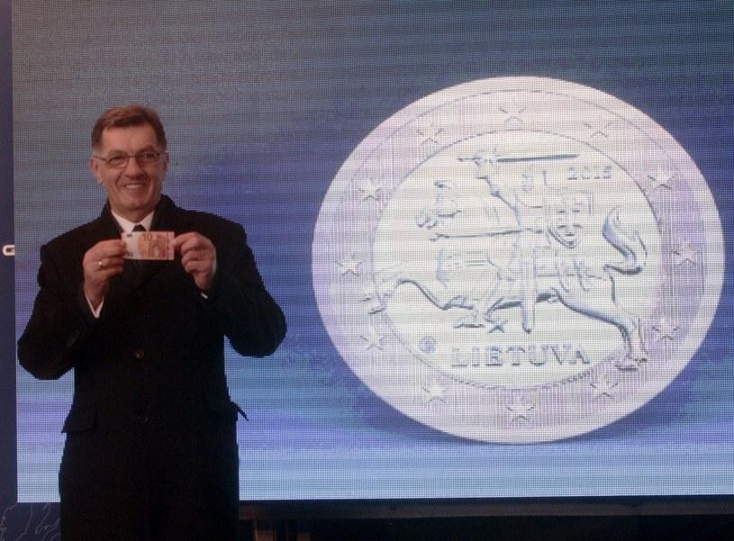 Premier Litwy Algirdas Butkevicius z banknotem 10 euro /PAP/EPA