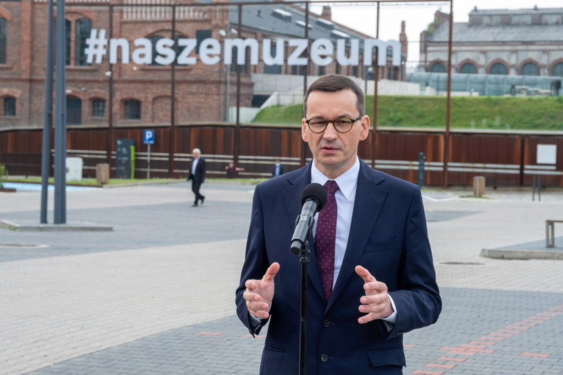Premier Mateusz Morawieck przed Muzeum Śląskim w Katowicach