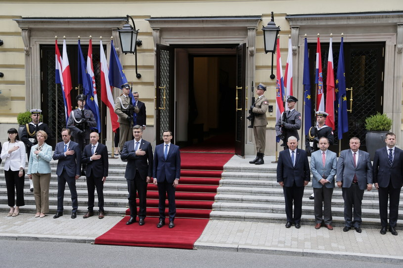 Premier Mateusz Morawiecki (C-P) i premier Chorwacji Andrej Plenkovic (C-L) podczas powitania w KPRM /Wojciech Olkuśnik /PAP