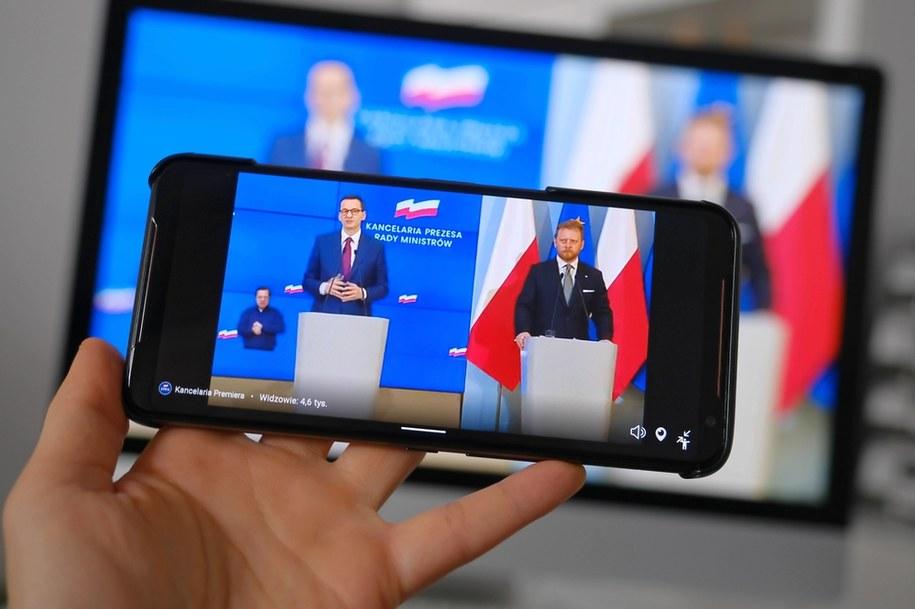 Premier Mateusz Morawiecki i minister zdrowia Łukasz Szumowski na jednej z konferencji prasowych /Mateusz Marek /PAP