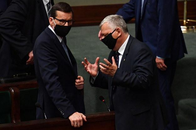 Premier Mateusz Morawiecki i poseł PiS Marek Suski na sali plenarnej niższej izby parlamentu /Piotr Nowak /PAP
