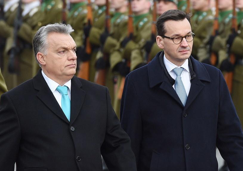 Premier Mateusz Morawiecki i premier Węgier Viktor Orban podczas ceremonii powitania w Budapeszcie /Radek Pietruszka /PAP