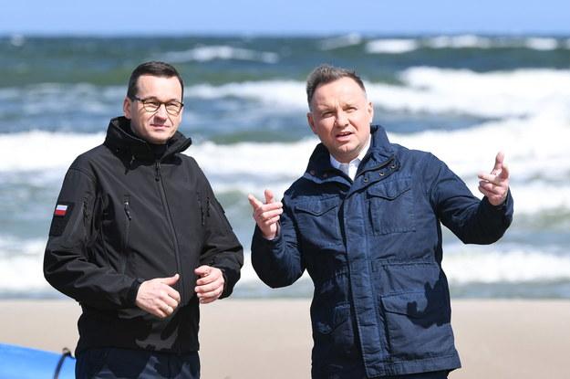Premier Mateusz Morawiecki i prezydent Andrzej Duda podczas wizyty na terenie budowy kanału żeglugowego na Mierzei Wiślanej, 30 maja 2020 / Adam Warżawa    /PAP