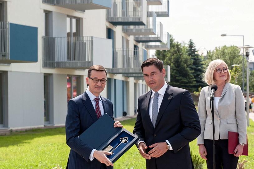 Premier Mateusz Morawiecki i prezydent Białej Podlaskiej Dariusz Stefaniuk podczas uroczystego przekazania kluczy do mieszkań wybudowanych w ramach programu Mieszkanie Plus /Tomasz Koryszko /PAP