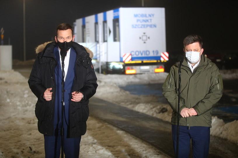 Premier Mateusz Morawiecki i szef KPRM Michał Dworczyk podczas wypowiedzi dla mediów przed wizytą w mobilnym punkcie szczepień na terenie Szpitala Uniwersyteckiego w Krakowie /PAP