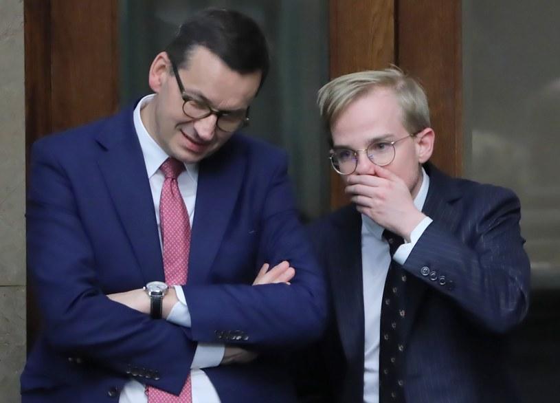 Premier Mateusz Morawiecki (L) oraz wiceminister finansów Piotr Patkowski /PAP