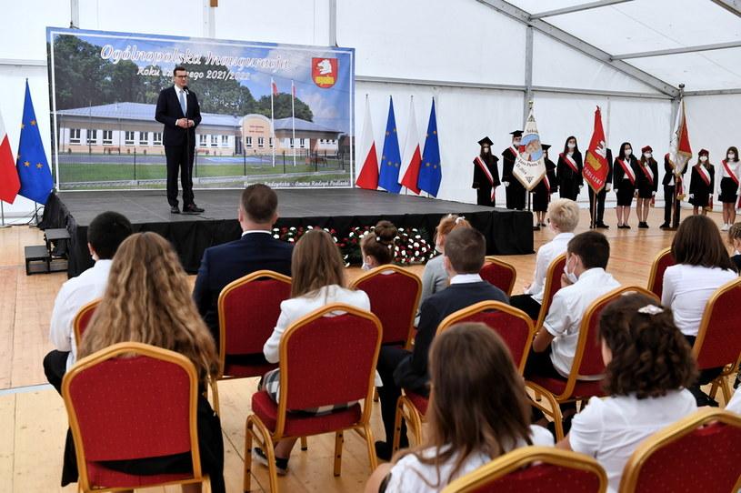 Premier Mateusz Morawiecki (L) przemawia podczas ogólnopolskiej inauguracji roku szkolnego 2021/2022 w Szkole Podstawowej w Branicy Radzyńskiej /PAP/Wojtek Jargiło /PAP