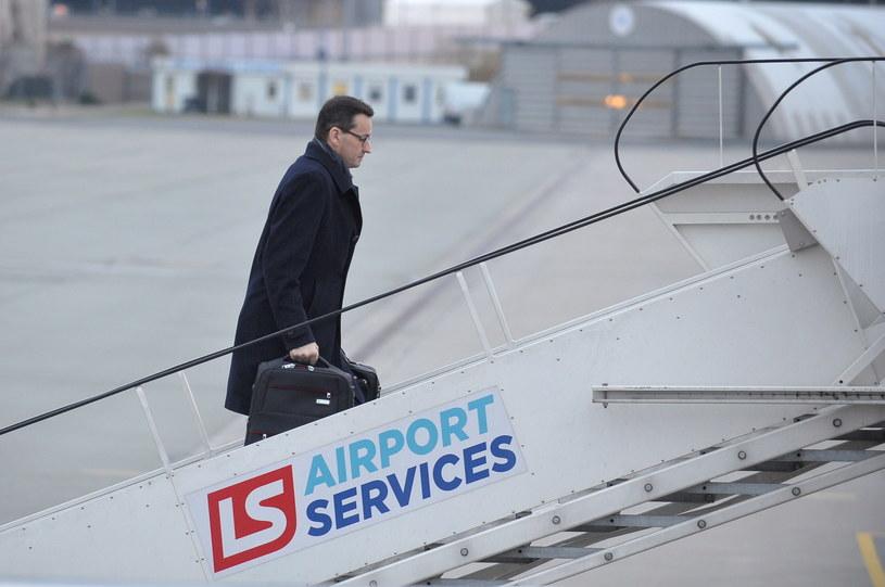 Premier Mateusz Morawiecki na warszawskim lotnisku przed wylotem do Brukseli /Marcin Obara /PAP