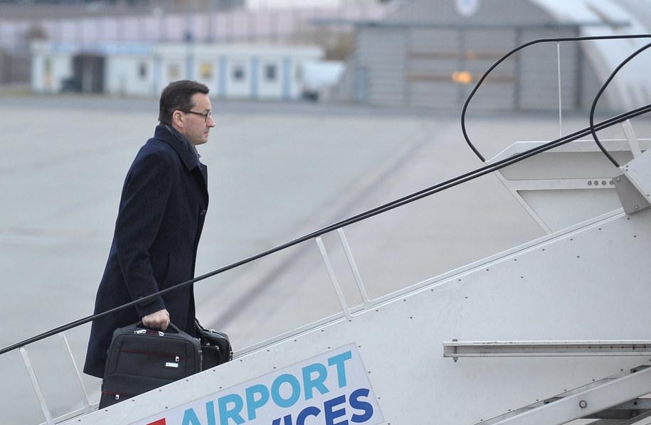 Premier Mateusz Morawiecki na warszawskim lotnisku przed wylotem do Brukseli na szczyt Rady Europejskie /Marcin Obara /PAP