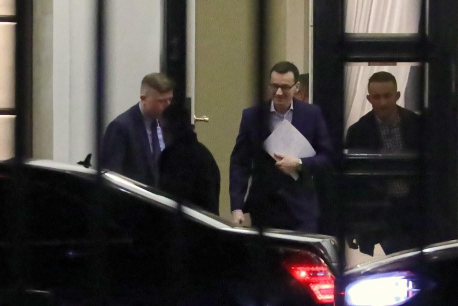 Premier Mateusz Morawiecki opuszcza Pałac Prezydencki po spotkaniu z prezydentem Andrzejem Dudą / Tomasz Gzell    /PAP