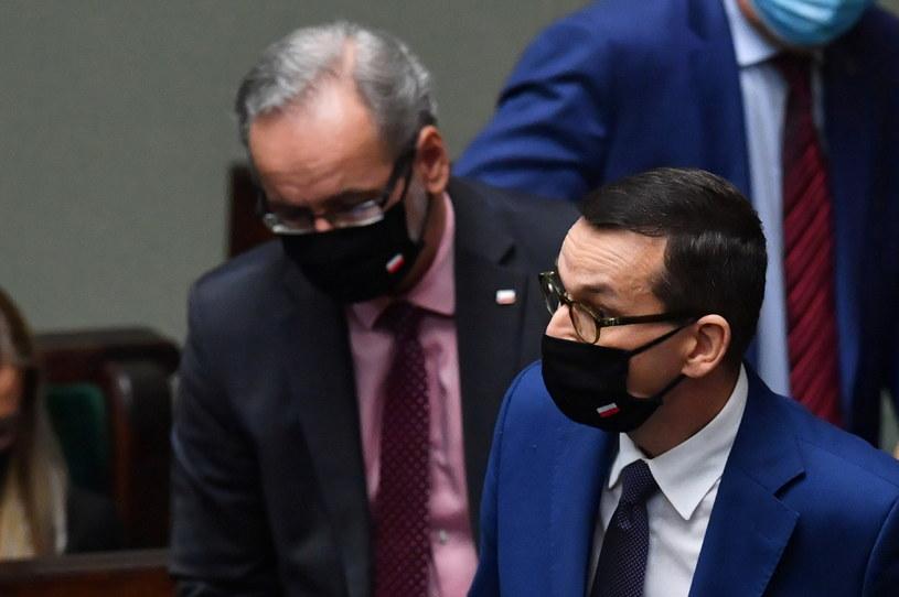 Premier Mateusz Morawiecki oraz minister zdrowia Adam Niedzielski na sali obrad Sejmu / Radek Pietruszka   /PAP