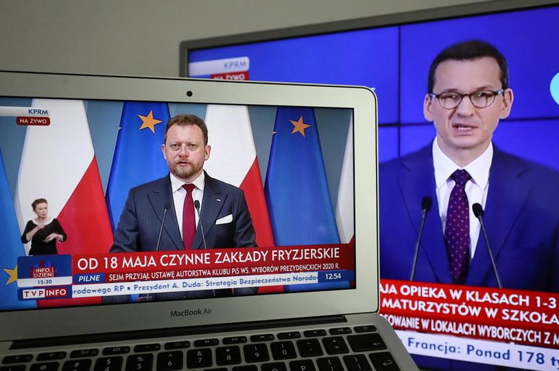 Premier Mateusz Morawiecki oraz minister zdrowia Łukasz Szumowski podczas konferencji prasowej nt. kolejnego etapu znoszenia ograniczeń w związku z zagrożeniem koronawirusem /Paweł Supernak /PAP