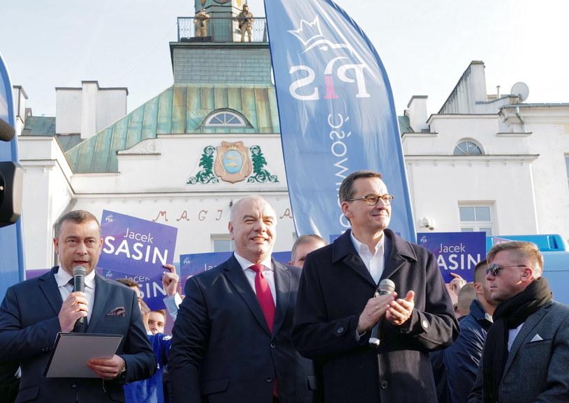 Premier Mateusz Morawiecki oraz wiceprezes Rady Ministrów Jacek Sasin podczas spotkania z wyborcami w Krasnymstawie / Andrzej Grygiel    /PAP