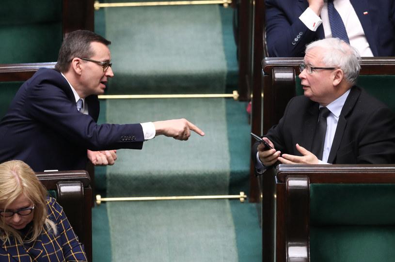 Premier Mateusz Morawiecki (po lewej) jest jednym z liderów zaufania, z kolei prezesa PiS Jarosława Kaczyńskiego 47 proc. badanych darzy nieufnością /fot. Andrzej Iwanczuk/REPORTER /Reporter