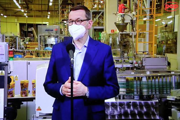 Premier Mateusz Morawiecki podczas briefingu prasowego transmitowanego z siedziby firmy Maspex w Wadowicach /Wojciech Olkuśnik /PAP
