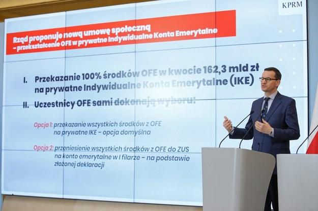 Premier Mateusz Morawiecki podczas konferencji dotyczącej OFE / Leszek Szymański    /PAP