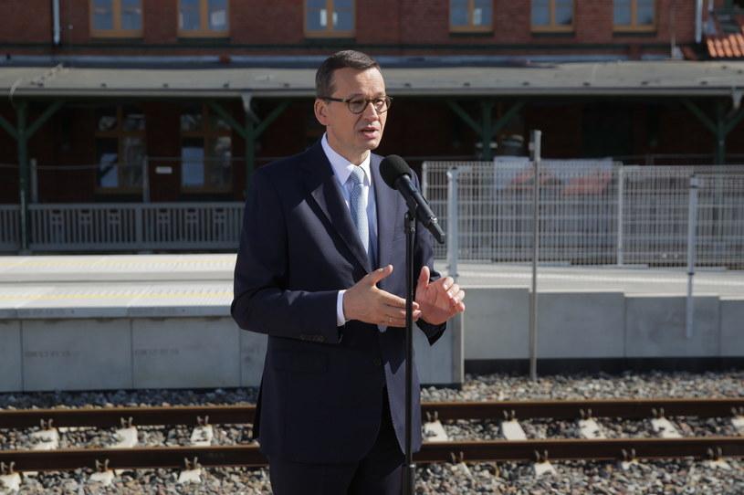 Premier Mateusz Morawiecki podczas konferencji prasowej na dworcu kolejowym w Szczytnie / Tomasz Waszczuk    /PAP