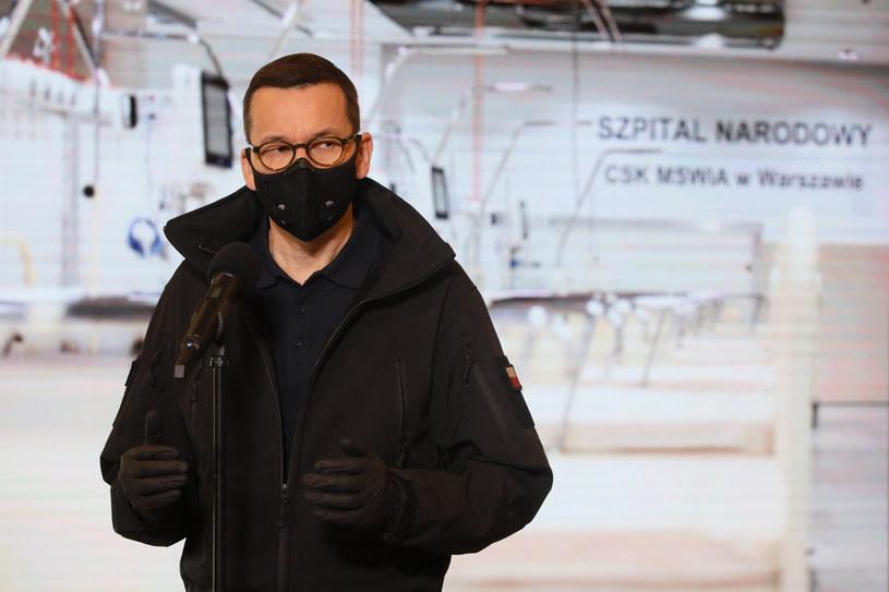Premier Mateusz Morawiecki podczas konferencji prasowej na Stadionie Narodowym w Warszawie / Jakub Kamiński    /East News