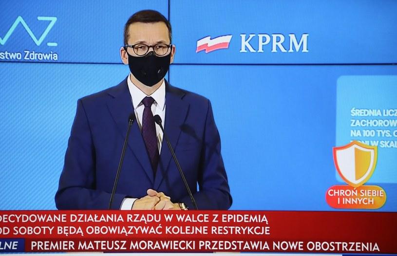 Premier Mateusz Morawiecki podczas konferencji prasowej nt. nowych obostrzeń w związku z walką z pandemią. / Leszek Szymański    /PAP