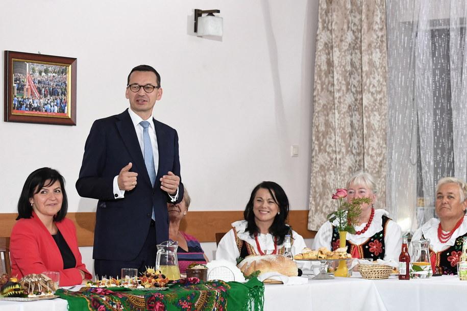 Premier Mateusz Morawiecki podczas spotkania z przedstawicielkami Kół Gospodyń Wiejskich w Węgrzcach Wielkich /Jacek Bednarczyk   /PAP