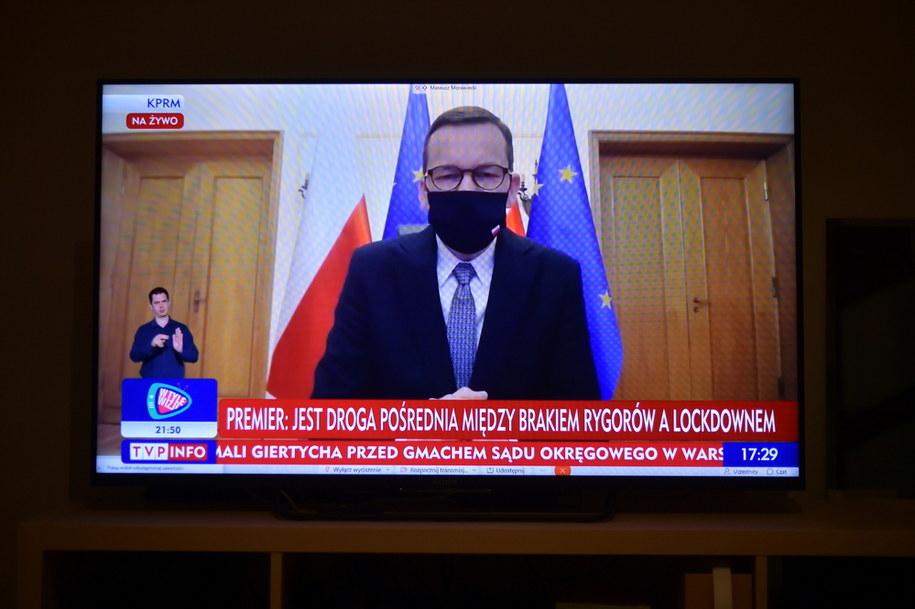 Premier Mateusz Morawiecki podczas transmisji konferencji prasowej w Warszawie / Marcin Obara  /PAP