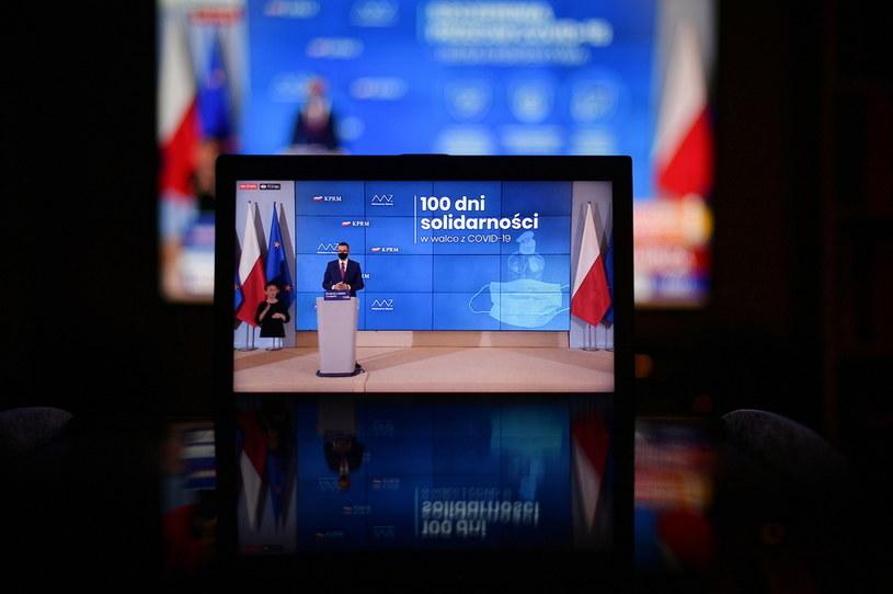 Premier Mateusz Morawiecki podczas transmisji konferencji prasowej / Marcin Obara  /PAP
